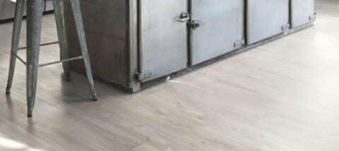 Suelo Vinílico Quick Step Vinyl Flex Balance Click Plus Roble Cañón Gris con Cortes de Sierra BACP40030