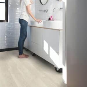 Suelo Vinílico Quick Step Alpha Vinyl Medium Planks Roble Brisa Marina Claro AVMP40079